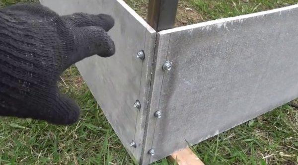 Крепление шифера к железу болтами больше подходит для вертикальных плоскостей, где нет высоких требований к герметичности конструкции