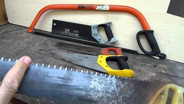 Для резки шифера можно использовать ножовки по дереву и металлу