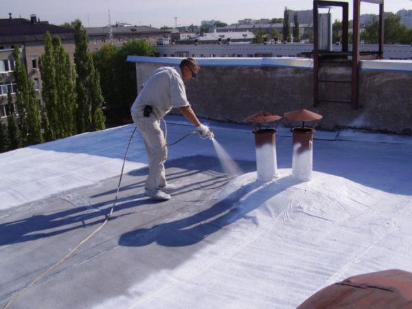 На плоской крыше более удобен монтаж и последующие сервисные работы со всевозможным оборудованием