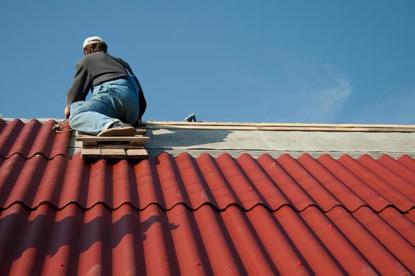 Профессиональные кровельщики тоже рискуют своим здоровьем при раскрое и монтаже шифера на крышу