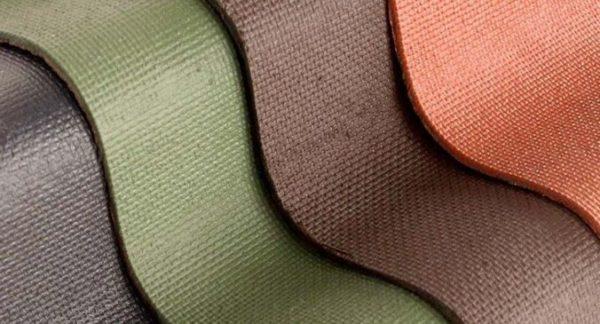 Волнистые кровельные листы марки Ондулин производятся при высокой температуре и давлении из органических волокон, насыщенных битумом