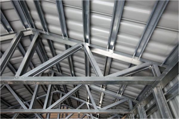Металлические каркасы под обшивку профнастилом часто делают в гаражах, ангарах и других технических помещениях