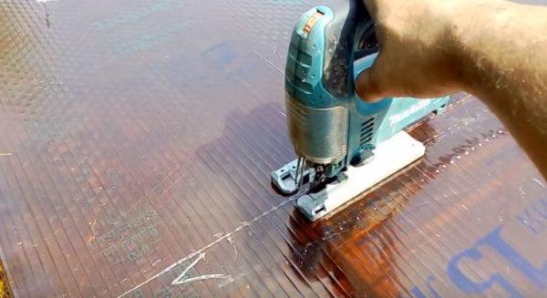 Разрезают лист электролобзиком по отмеченной линии