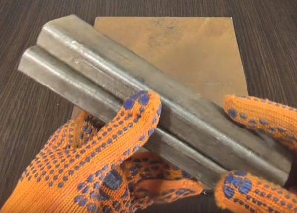 Если изначально стойки имеют меньшую высоту, чем требуется, их можно увеличить, приварив обрезки трубы такого же сечения