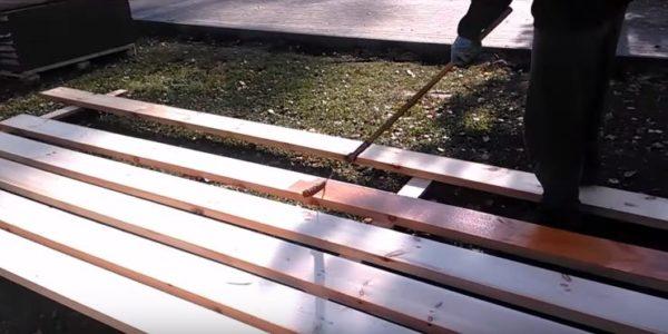 Раскладывают доски для обрешетки и тщательно обрабатывают их со всех сторон защитной пропиткой