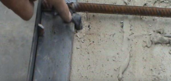 Рядом с окантовкой тоже крепят металлические штыри