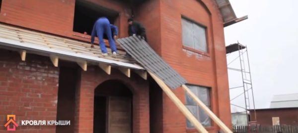 Подъем листов на крышу