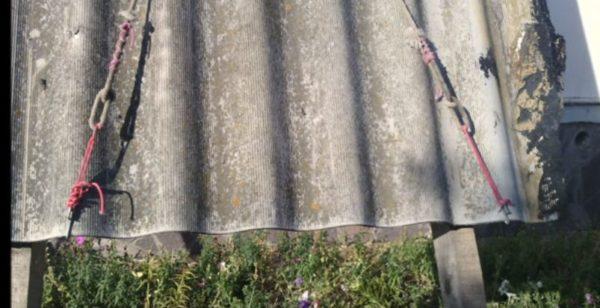 Веревка и крючки из гвоздей надежно удерживают лист в вертикальном положении