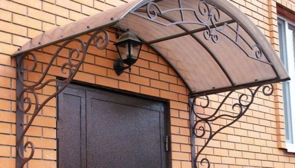 Навес над дверью из поликарбоната