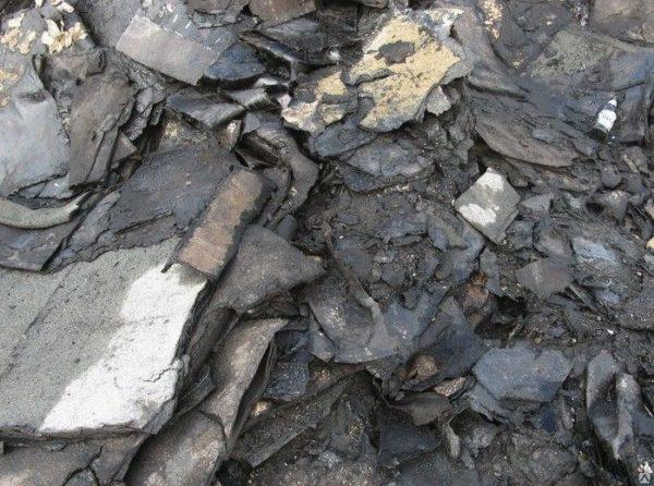 Вес демонтированного рубероида определяется на мусорном полигоне