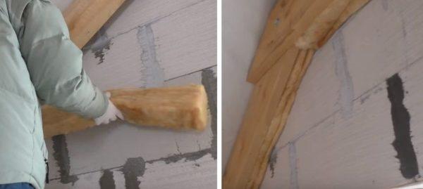 Заполняют утеплителем промежуток между стеной и балкой