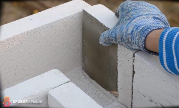 Часть блока вставляют в торец блока