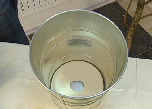 Отверстие не должно быть слишком маленьким, чтобы вода свободно вытекала из емкости