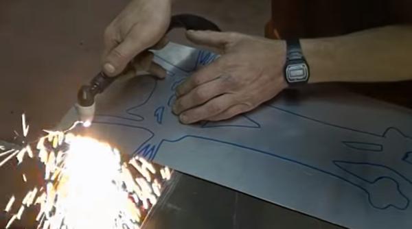 Лист прорезают сварочным аппаратом