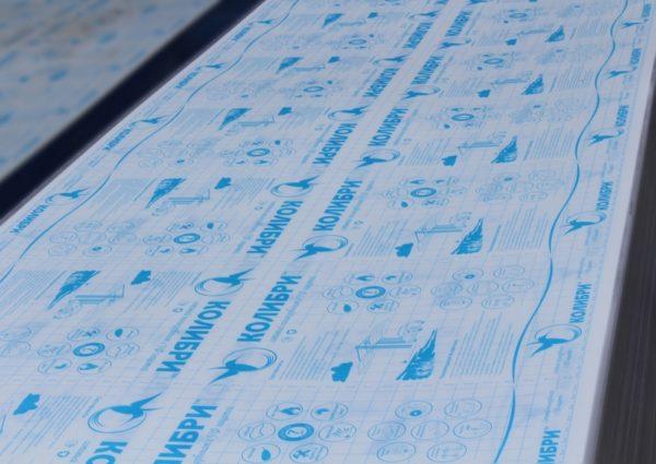 Защитная пленка препятствует мелким повреждениям полотна при монтаже