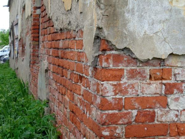 Разрушение фасада дома при отсутствии водостока - вопрос времени