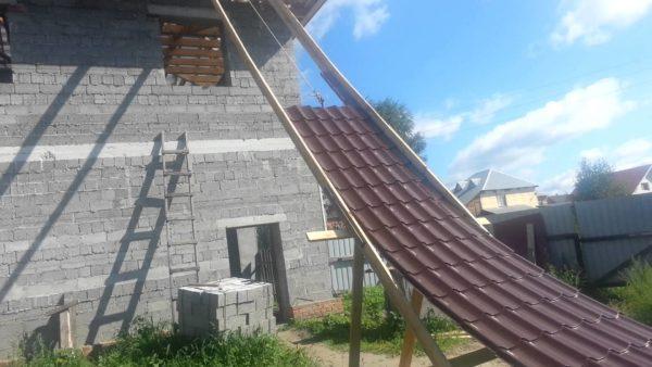 В зависимости от характеристик здания, крышу которого требуется накрыть, размеры металлочерепицы могут различаться