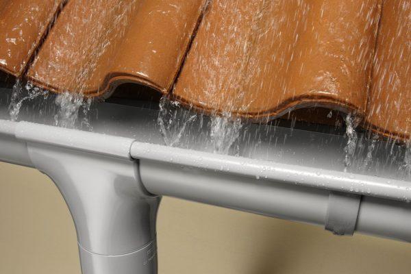 С помощью кронштейнов легко отрегулировать положение желоба, чтобы избежать скопления воды и мусора
