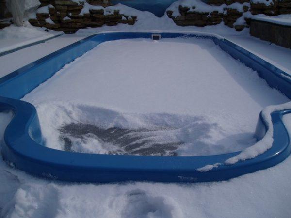 Зимой не рекомендуется оставлять воду в бассейне
