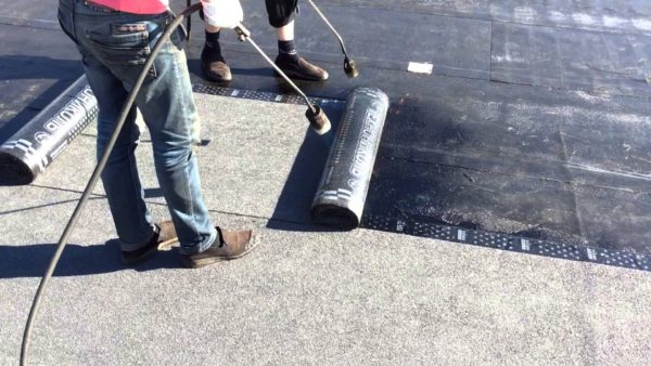 Поверх подкладочного слоя настилают покрытие с каменной посыпкой