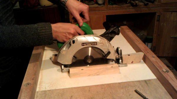 Для раскроя деталей конструкции удобнее всего использовать специальный стол