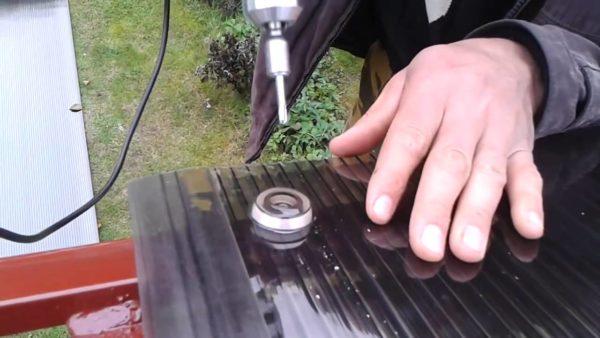 Лист поликарбоната фиксируют к раме с помощью термошайб