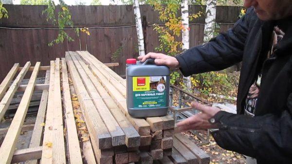 Древесина требует обязательной обработки защитными пропитками