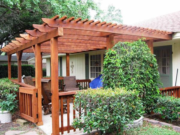 Пристенный деревянный навес может стать настоящим украшением фасада
