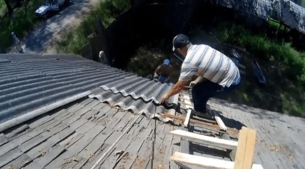 Еще одна лестница крепится на скате крыши
