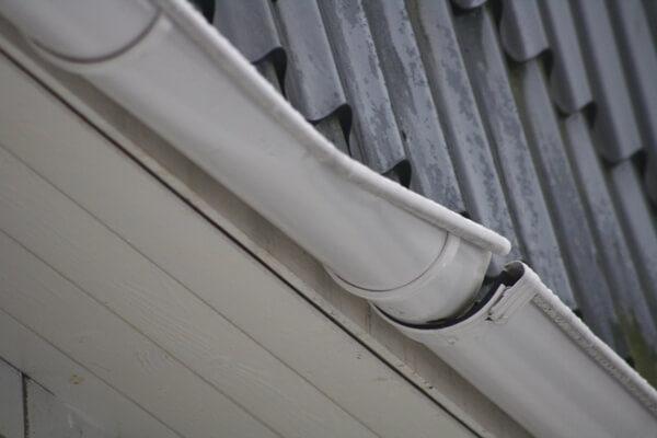 Если держатели подобраны или установлены неправильно, возможны поломки водосточной системы в результате повышенных нагрузок на желоба