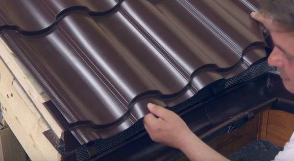 Выполняют монтаж покрытия на скатах