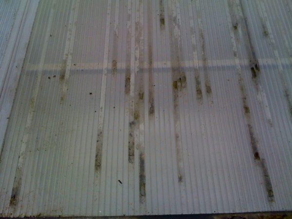 Через открытые ячейки легко проникает пыль и вода, что портит внешний вид покрытия