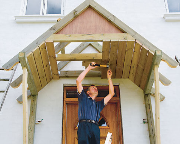 Периодически деревянный козырек придется ремонтировать, менять отдельные элементы