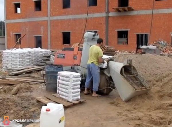 Изготовление раствора: загрузка цемента