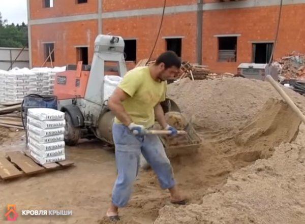 Изготовление раствора: загрузка песка