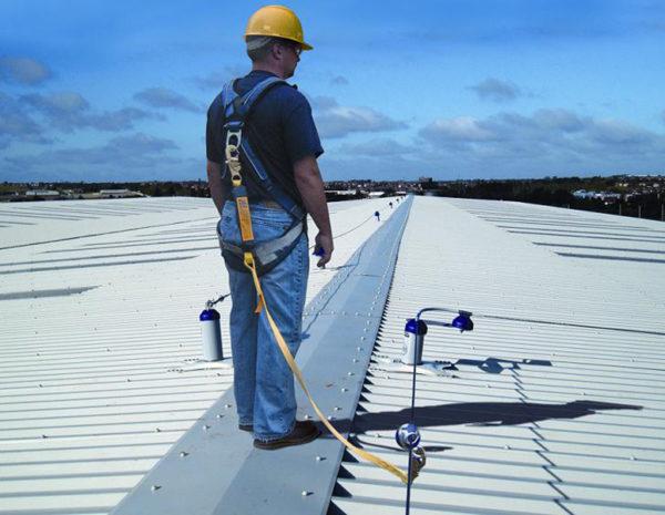 В развитых странах за состоянием крыш в многоквартирных домах следят соответствующие рабочие, которые самостоятельно устраняют мелкие повреждения