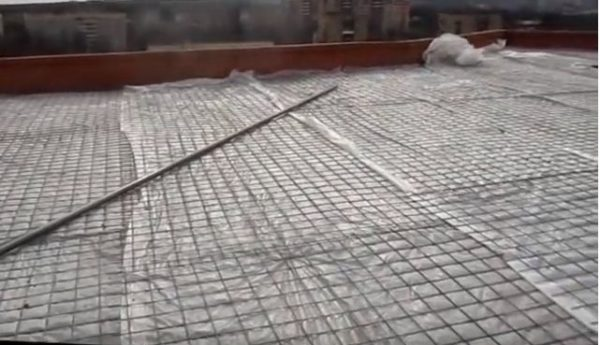 Поверх керамзита укладывают пленку и армирующую сетку