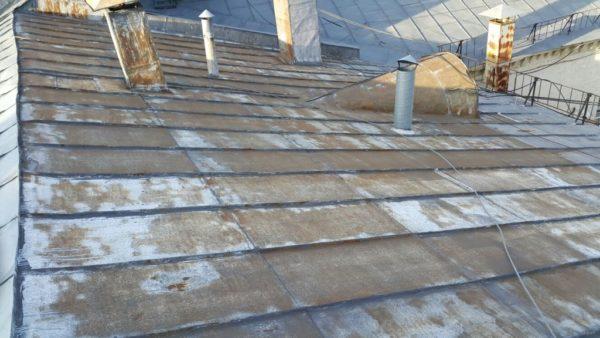 Изношенность кровельного покрытия является одной из самых распространенных причин протечек крыши
