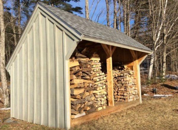 Для защиты от косого дождя и снега с наветренной стороны можно сделать сплошную стену
