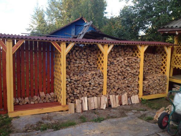 Для длительного хранения дров необходимо более просторное сооружение с закрытыми или решетчатыми стенками