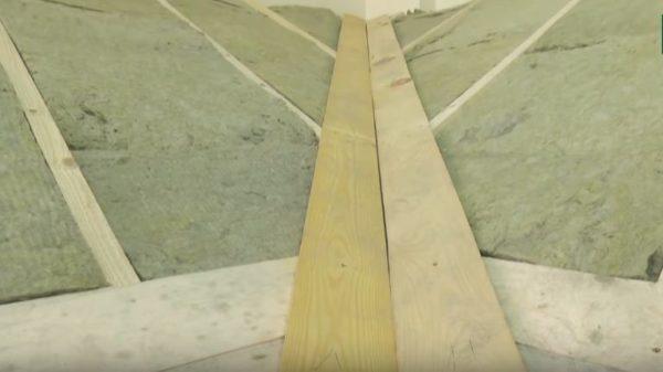 По линии примыкания скатов крепят доски ендовы