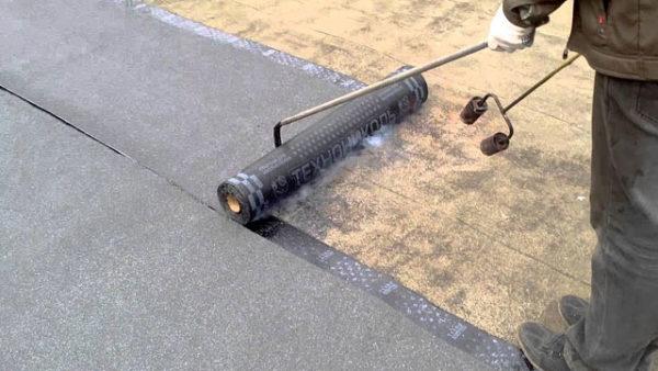 Разворачивать рулон лучше отрезком металлической трубки с загнутым концом