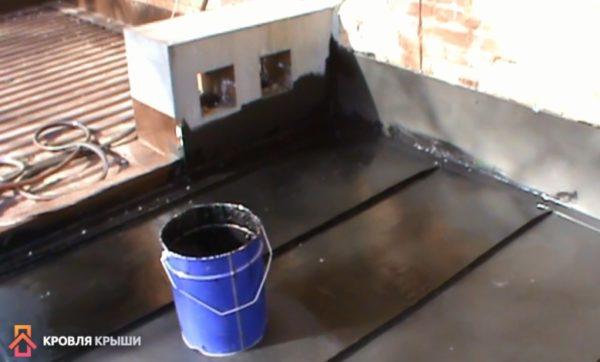 Ручное нанесение герметизирующего состава осуществляют только при хорошей погоде