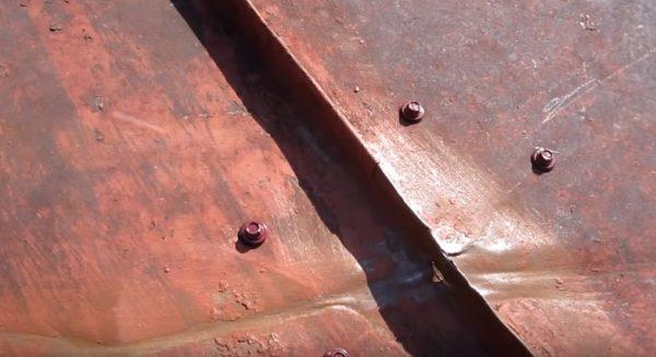 В местах повреждения покрытие зачищают от ржавчины