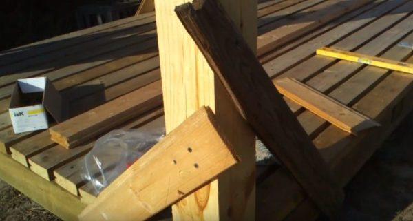 Устанавливают вертикальные опоры и временно укрепляют их небольшими распорками