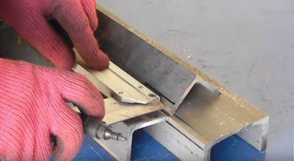 Заготовки складывают вместе и проверяют правильность нанесения меток