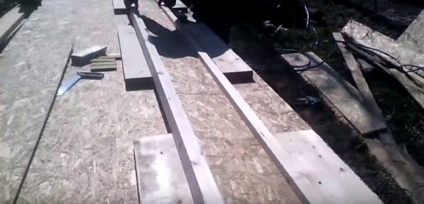 Двутавр укладывают между шаблонами из досок