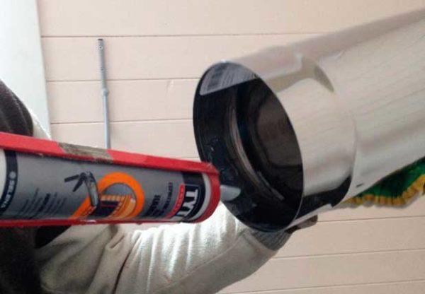 Нанесение герметика на трубу из нержавейки