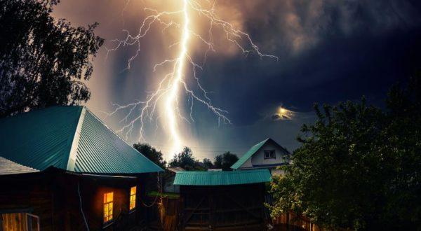 Стоит позаботиться о защите дома от молний