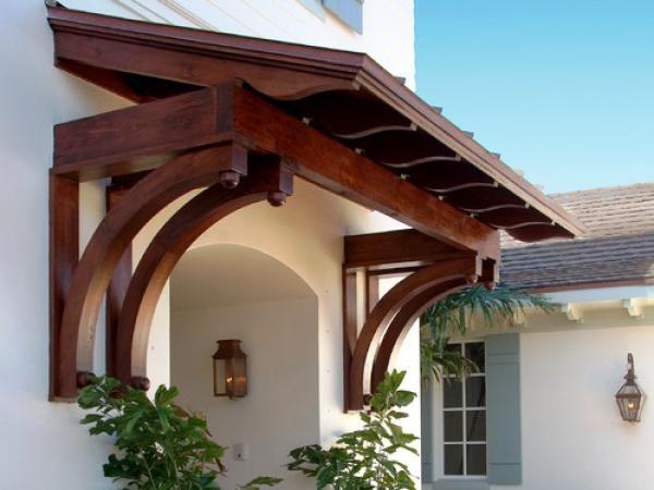 Деревянный козырек, изготовленный опытным мастером, может стать настоящим украшением фасада